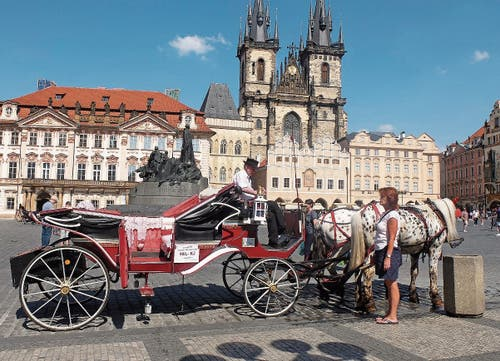 Am Altstädter Ring in Prag wartet ein Fiakergespann auf Kundschaft.
