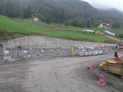 Aus Gründen des Landschaftsschutzes wird die Mauer mit Gubersteinen verkleidet. (Bild: PD)