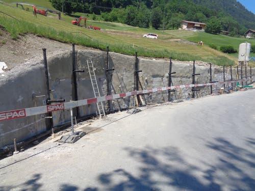 Drainageleitungen für die Entwässerung der Stützmauer werden eingebaut... (Bild: PD)