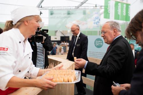 Johann Schneider-Ammann gönnt sich eine kleine Stärkung an einem Degustationsstand. (Bild: Keystone)
