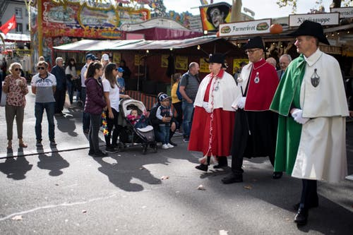 Der Rundgang führte auch durch den Jahrmarkt. (Bild: Benjamin Manser)