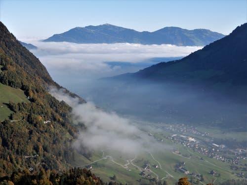 Oben schon blau und unten noch grau ! Aufgenommen am 10. Oktober bei der Bergstation Wirzweli um 10.00 Uhr. (Bild: Margrith Imhof-Röthlin)