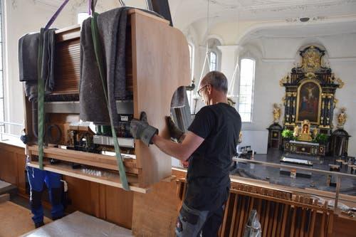 Auf der Empore angekommen, wird die Orgel manuell an den endgültigen Standort platziert.