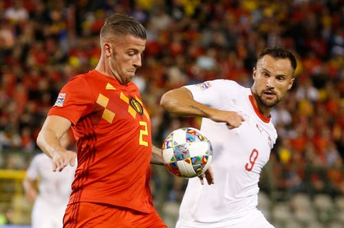 Der Schweizer Haris Seferovic (rechts) im Duell um den Ball gegen den Belgier Toby Alderweireld. (Bild: Julien Warnand/EPA (Brüssel, 12. Oktober 2018))