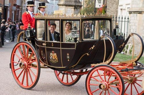 Prinzessin Eugenie and Jack Brooksbank in der Kutsche. (Bild: Vickie Flores/EPA (Windsor, 12. Oktober 2018))