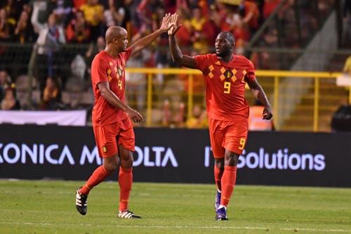 Auch für das zweite Tor der Belgier kann sich Romelu Lukaku (rechts) von Teamkollege Vincent Kompany feiern lassen. (AP Photo/Geert Vanden Wijngaert)