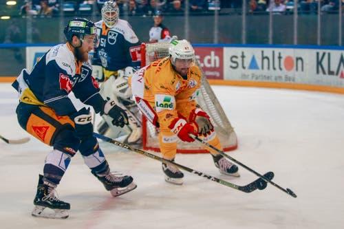 Jesse Zgraggen (Zug) gegen Marco Pedretti (Biel). (Bild: Marc Schumacher/freshfocus (Zug, 13. Oktober 2018)