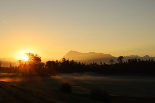 Sonnenaufgang mit Blick auf die Rigi. (Bild: Xaver Husmann (Rain, 13. Oktober 2018))