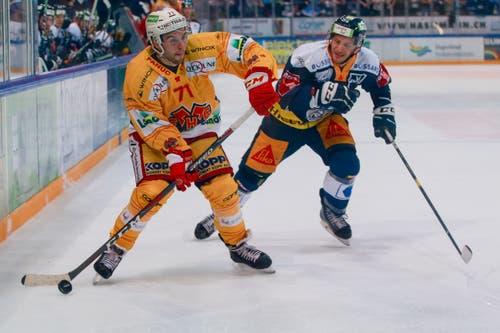 Julian Schmutz (Biel) gegen Johan Morant (Zug). (Bild: Marc Schumacher/freshfocus (Zug, 13. Oktober 2018)