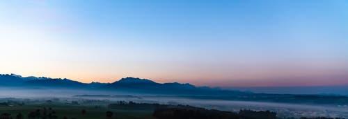 Kurz vor dem Sonnenaufgang in Hohenrain mit Blick in Richtung Rigi. (Bild: Stefan Kunz (Hohenrain, 12. Oktober 2018))