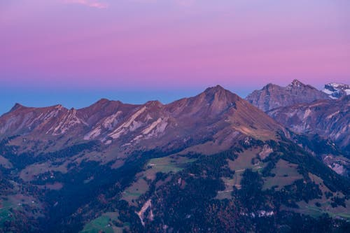 Dieses Jahr erleben wir eine wunderschöne Herbstzeit. Der Sonnenuntergang auf dem Stanserhorn in Richtung Osten gesehen zeigt rosa die letzten Tagesfarben. Über dem Brisen in der Bildmitte zeigt sich bereits ein streifen Blaue Stunde. (Bild: Gildo Moscatelli (12. Oktober 2018))