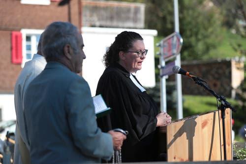 Pfarrerin Irène Schwyn bei der Einsegnung der Strasse. (Bild: Roger Zbinden (Walchwil, 13. Oktober 2018))
