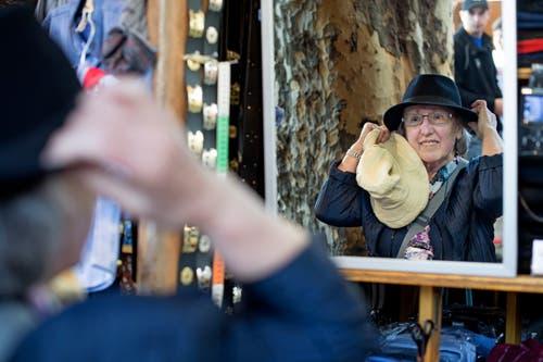 Von Kleidung über Schuhpoliermaterial bis hin zu Schmuck kann man an der Määs fast alles kaufen. Theres Barmettler aus Dallenwil probiert einen Hut. (Bild: Corinne Glanzmann, 15. Oktober 2018)