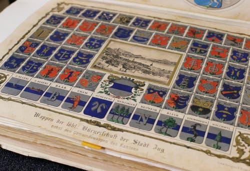 Zur Sammlung gehört auch eine Tafel mit Wappen von Zuger Bürgerfamilien und Zuger Gemeinden.