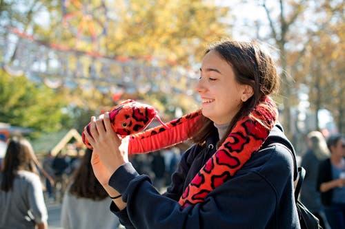 Kristina Drmic aus Ebikon kann sich über einen Gewinn freuen. (Bild: Corinne Glanzmann, 15. Oktober 2018)