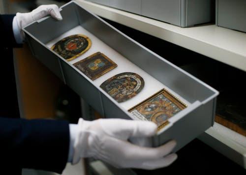 Auch historische Kirchenbankschilder verschiedener Zuger Familien sind dabei.