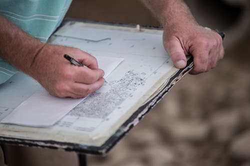 Steine einzeichnen dauert: Mehrere Tage dauert es bis Niklaus Schärer die Kelten-Überreste aus Stein auf Milimeterpapier übertragen hat. (Bild: Pius Amrein (Egolzwil, 17. Oktober))