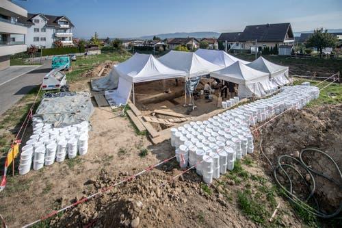 Keine Sandkastenparty: Die Kelten-Grabung in Egolzwil, unmittelbar an der Bahnlinie gelegen. (Bild: Pius Amrein (Egolzwil, 17. Oktober))
