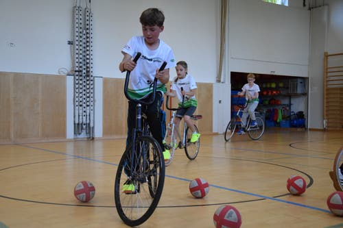 Bitte festhalten: Beim Radball versuchen die Kinder, die richtige Balance zu finden.