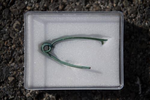 Eine Fibel aus Bronze: Mit dieser «Sicherheitsnadel» haben die Kelten ihre Gewänder zusammengehalten.
