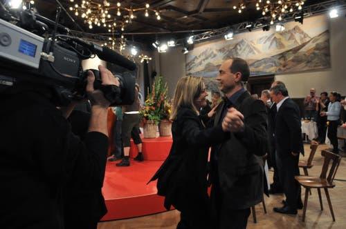 Die Medien hat sie «im Griff»: Nach der Fernsehsendung zum Gotthard-Durchstich in Göschenen wagte Regierungsrätin Z'graggen ein Tänzchen mit SF-Moderater Urs Leuthard. (Bild: Urs Hanhart, 15. Oktober 2010)