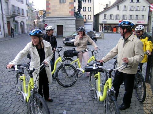 Auch Elektrobikes zu fahren, macht ihr Freude: Z'graggen und vier Urner Landräte kamen 2007 von Erstfeld mit dem Velo zur Landratssession. (Bild: Markus Zwyssig (Altdorf, 4. Juni 2007))