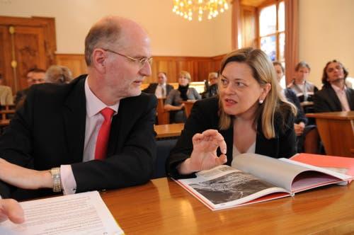 Jean-Frédéric Jauslin, Direktor des Bundesamts für Kultur, und Justizdirektorin Z'graggen diskutieren über schützenswerte Urner Ortsbilder. (Bild: Urs Hanhart, 18. März 2009))