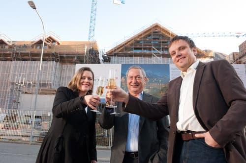 Zum Wohl! Z'graggen am Aufrichtfest fürs Hotel Chedi mit Samih Sawiris und dem Andermatter Gemeindepräsidenten Roger Nager. (Bild: Dominik Wunderli (Andermatt, 9. November 2011))