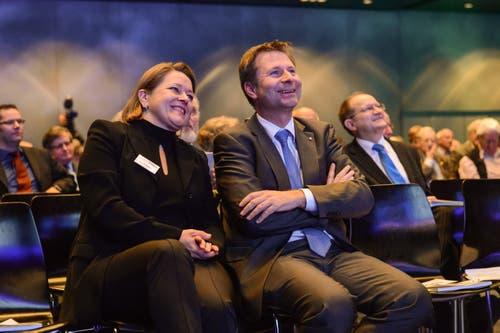 Auch in Luzerner Gesellschaft heiter: CKW-Verwaltungsrätin Heidi Z'graggen mit ihrem VR-Kollegen Marcel Schwerzmann an der CKW-Generalversammlung. (Bild: Remo Nägeli (Luzern, 25. Januar 2013))