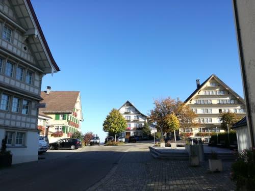 Die Wanderung startet im Dorfkern von Hemberg. Das Dorfild gehört zu den schönsten im Toggenburg. (Bild: Marlen Hämmerli)