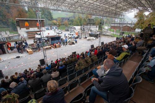 Von der Tribüne aus lassen sich die Einsatzszenarien der Friedensmissionen verfolgen. (Bild: Edi Ettlin (Oberdorf, 19. Oktober 2018))