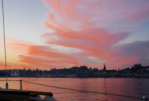 Faszinierendes, nur wenige Minuten dauerndes Farbenspiel über Luzern an einem Herbstabend - kurz vor Anbruch der Nacht. (Bild: Heinz Schürmann (Luzern, 16. Oktober 2018))