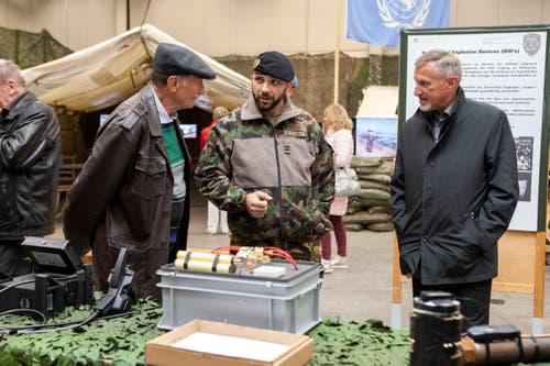 Besucher lassen sich über die Beseitigung von Kampfmitteln informieren. (Bild: Edi Ettlin (Oberdorf, 19. Oktober 2018))
