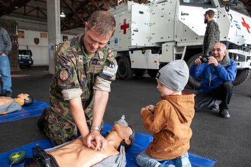 Erste Unterweisungen in erster Hilfe. (Bild: Edi Ettlin (Oberdorf, 19. Oktober 2018))