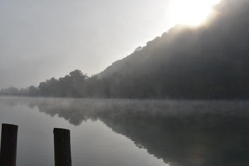 """Kampf der Titanen. Nach hartem Kampf, hat die Sonne gegen 1000 h den über dem Rhein liegenden Nebel nahezu gänzlich """"aufgekocht"""", wie die aufsteigenden """"Dampf-schwaden"""" belegen. (Bild: Max Gibel (Rüdlingen, 18. Oktober 2018))"""