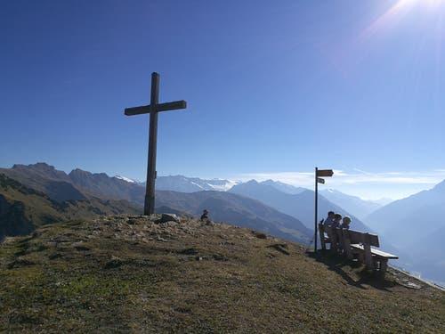 Auf der Gipfelhöhe vom Gibel (2035 m) angekommen geniesst man die herrliche Aussicht auf die Berge. (Bild: Urs Gutfleisch (Gibel, 17. Oktober 2018))