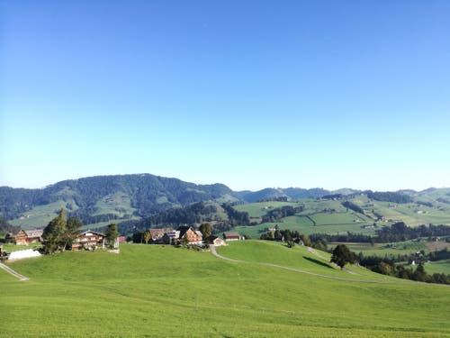 Schon nach kurzer Zeit ist das Dorf Hemberg durchquert und der Blick auf das Neckertal frei. (Bild: Marlen Hämmerli)