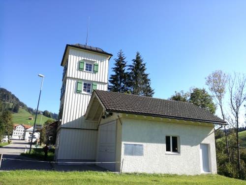 Am Ziel - der Postautohaltestelle - liegt gleichzeigit auch das Feuerwehr-Museum von Dicken. Im Turm trockneten die Feuerwehrleute früher die Schläuche. (Bild: Marlen Hämmerli)