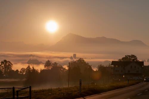 Herbstliche Morgenstimmung über dem Sempachersee mit Rigi. (Bild: Franz Keller (Nottwil, 14. Oktober 2018))
