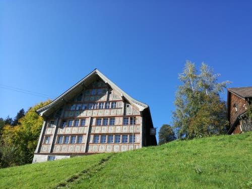 Das Haus zum «Bädli» wurde 1700 erbaut. Die Giebelfassade ist im Rokokostil verziert. (Bild: Marlen Hämmerli)