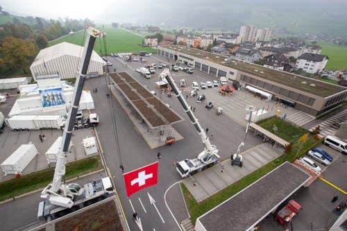 Von der Autodrehleiter der Feuerwehr hat man die Übersicht über das Ausstellungsgelände. (Bild: Edi Ettlin (Oberdorf, 19. Oktober 2018))