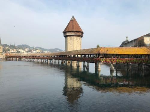 Luzern um ca. 16h, voll mit Bildmachenden Touristen...es ist wirklich ein schönes Gefühl, in so einer schönen Umgebung zuhause zu sein! (Bild: Laura Butie (Luzern, 18. Oktober 2018))