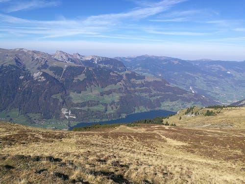 Herrliche Aussicht vom Gibel auf die Berge und einen Teil vom tiefblauen Lungernsee. (Bild: Urs Gutfleisch (Gibel, 17. Oktober 2018))