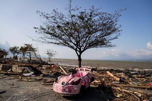 Ein zerstörtes Spielzeug auf der Insel Sulawesi in Indonesien. (EPA/MAST IRHAM)