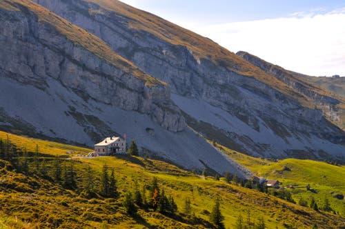 Gestern noch war es so warm auf der Brisenhütte SAC, Nidwalden, dass man im T Shirt an der Sonne sitzen konnte. Und heute? Hat es Schnee da oben? (Bild: Regula Aeppli (Brisenhaus, 30. September 2018))