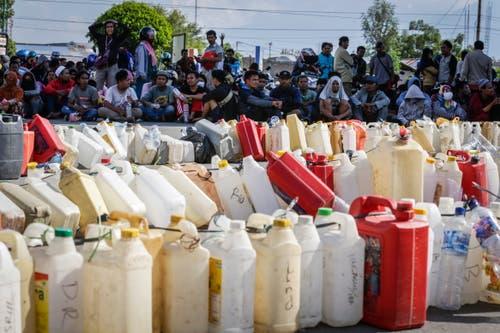 Menschen stehen bei einer Tankstelle an, um Benzin zu erhalten. (EPA/MAST IRHAM)