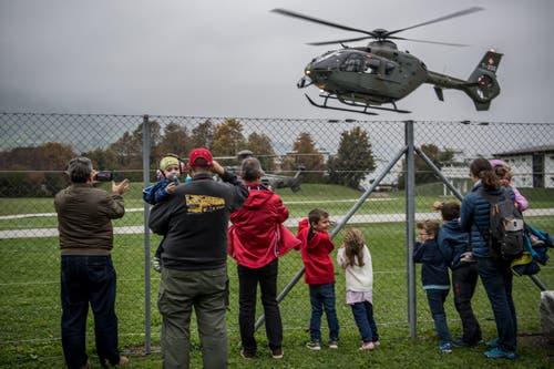 Besucher beobachten gebannt den Helikopterüberflug. (Bild: Nadia Schärli (Stans, 20. Oktober 2018))