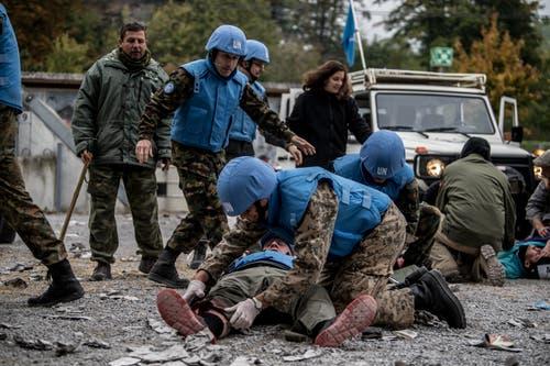 Wie in der Realität: Ein Militärbeobachter wird im fiktiven Konfliktgebiet Sandland durch eine Explosion verletzt. (Bild: Nadia Schärli (Stans, 20. Oktober 2018))