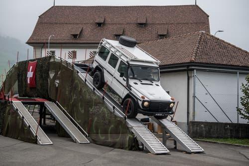 Der Hindernis-Parcours, wo Besucher bei einem Geländewagen-Fahrtraining dabei sein konnten. (Bild: Nadia Schärli (Stans, 20. Oktober 2018))