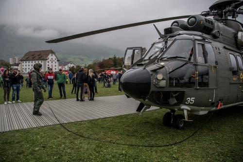 Die Helikopter können auch aus der Nähe betrachtet werden. (Bild: Nadia Schärli (Stans, 20. Oktober 2018))